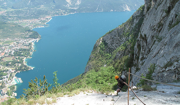 Klettersteig Italien : Frau klettern den klettersteig che guevara sarche trentino